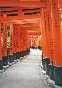 portes torii du sanctuaire de Fushimi Inari-taisha. 711 Kyoto japon