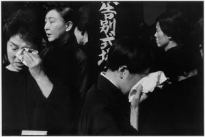 FUNÉRAILLES SHINTO DE L'ACTEUR DE KABUKI DANJURO, TOKYO 1965 Epreuve gélatino-argentique 40 x 30 cm