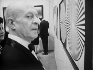 """Larry Aldrich devant une oeuvre de l'exposition """"the responsive eye"""""""